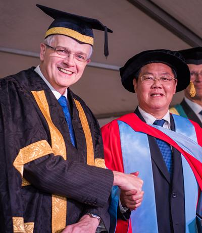 Professor Sir Christopher Snowden with Professor Zhu Chongshi
