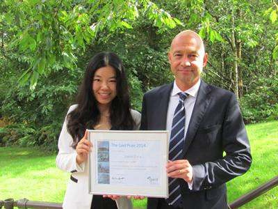 Andre Kroneberg (right) presenting the 2014 Gard Prize to LLM Maritime Law student Jingwen Zheng