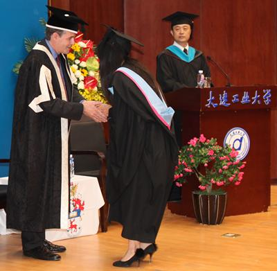 Pro Vice-Chancellor Professor Alex Neill presents degrees to students in Dalian, with DPU Vice President Professor Wendong Ren.