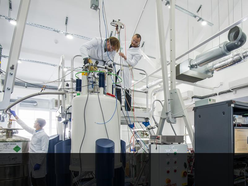 Reserachers working on hyperpolarised NMR experiments