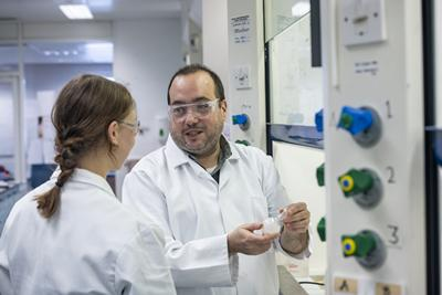 Dr Ramon Rios teaching in his lab