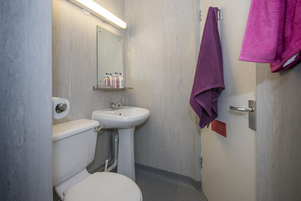 An example of an en suite category 1 bathroom
