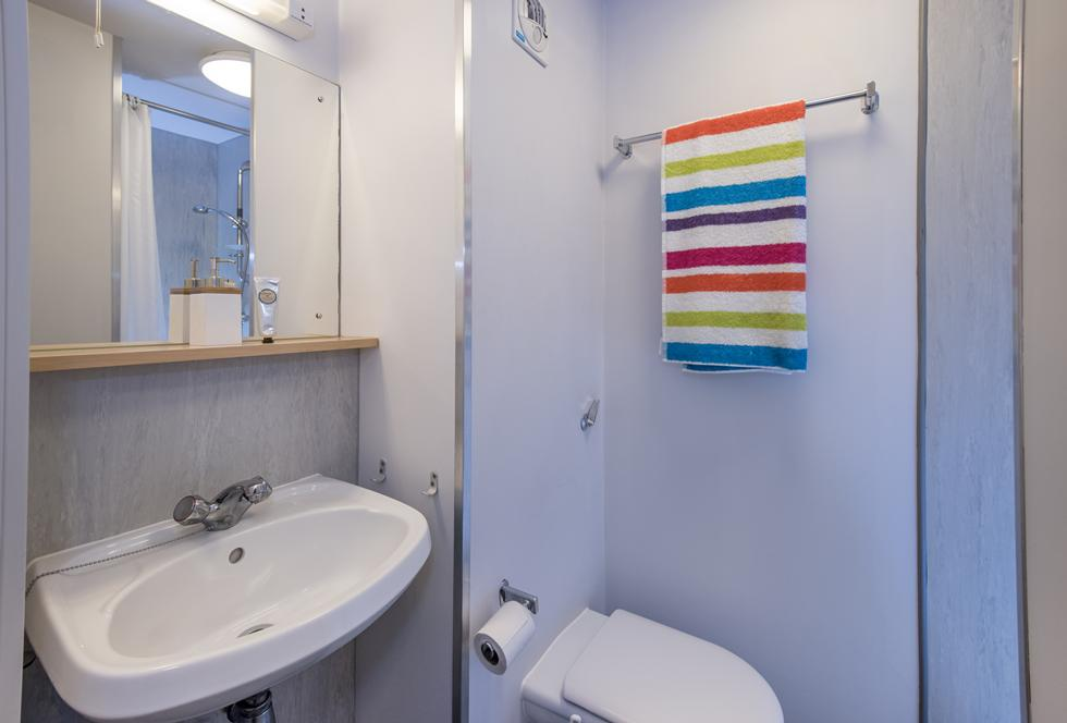 An example of an en suite category 2 bathroom